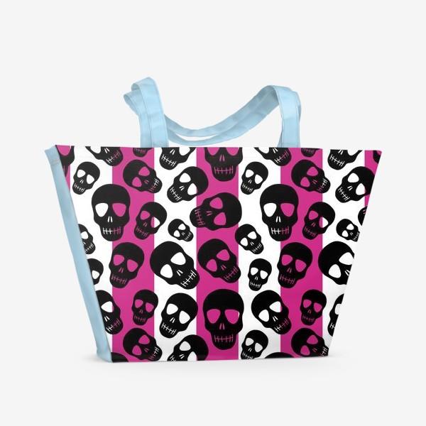 Пляжная сумка «Черные черепки на розовом-белом полосатом фоне. Гламурная готика»