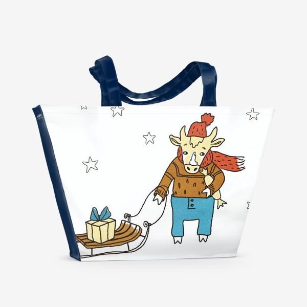 Пляжная сумка «Бык с санками и подарками, в шапке, свитере и штанах. Новогодний символ. Цветной.»