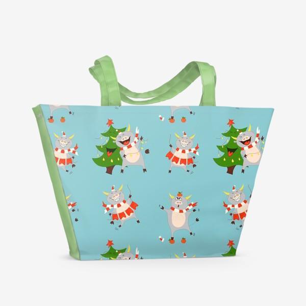 Пляжная сумка «Новогодние быки на голубом фоне Паттерн с елками, мандаринами и символом 2021 года»