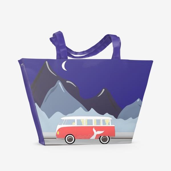Пляжная сумка «Ретро автобус на дороге, горы и луна»