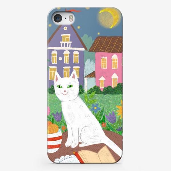 Чехол iPhone «Милая белая кошка в летнем саду.»