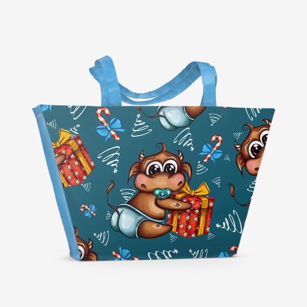 Пляжная сумка «Малыш Бычок с подарком на голубом фоне»