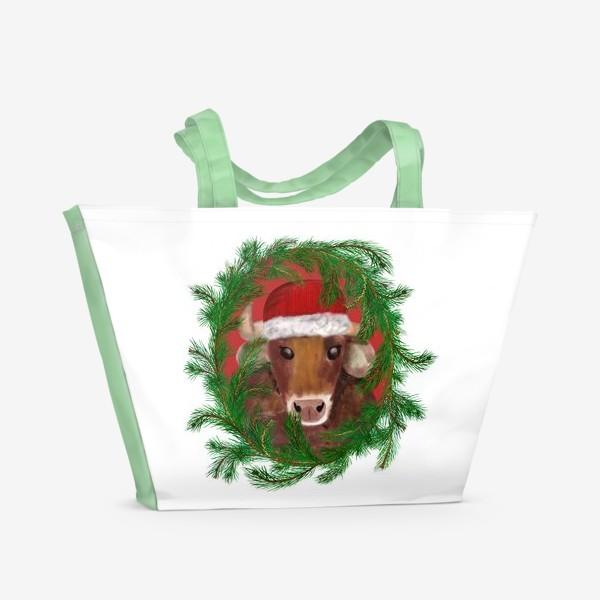 Пляжная сумка «Новогодний бык Вася в красной шапочке с еловым венком»