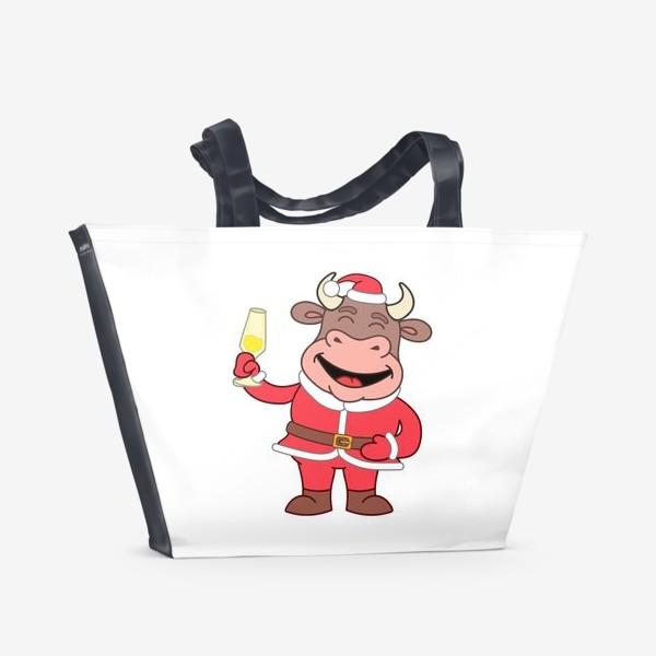 Пляжная сумка «милый мультяшный бычок в новогоднем костюме с бокалом шампанского»