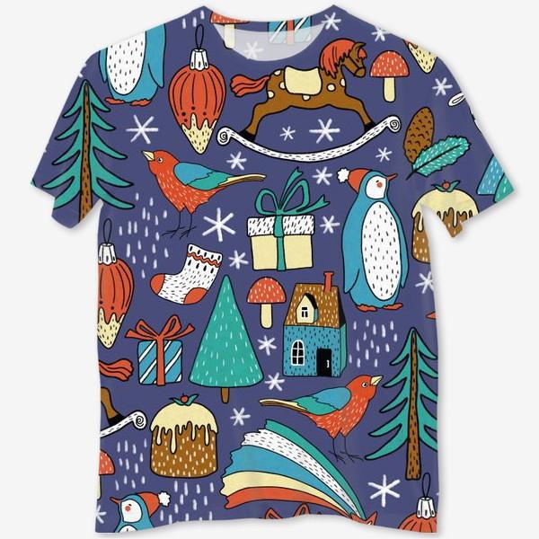 Футболка с полной запечаткой «Пингвины, птички, лошадки, шишки, елки, домики, подарки, горы. Темный фон. Зима, Новый год!»
