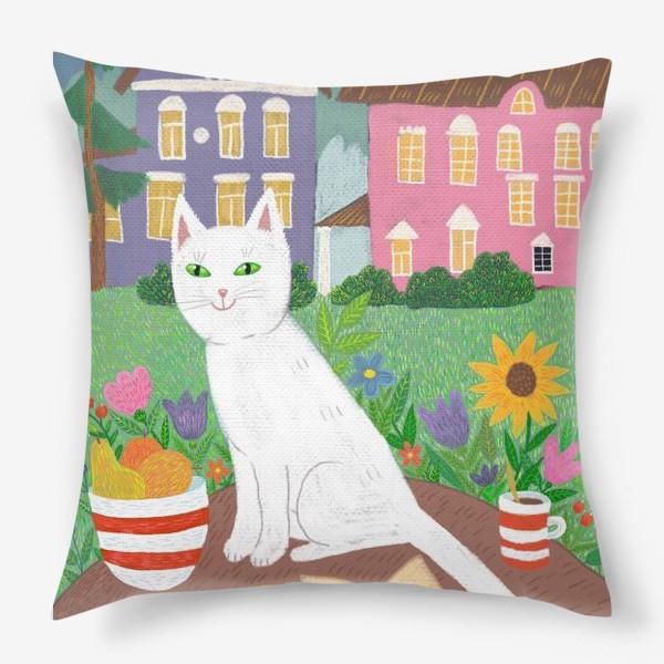 Подушка «Милая белая кошка в летнем саду.»
