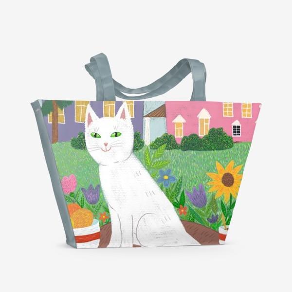 Пляжная сумка «Милая белая кошка в летнем саду.»