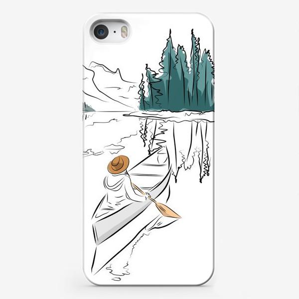 Чехол iPhone «Девушка в шляпе в лодке каноэ плывет по озеру в горах среди ёлок»