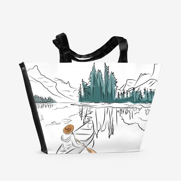 Пляжная сумка «Девушка в шляпе в лодке каноэ плывет по озеру в горах среди ёлок»
