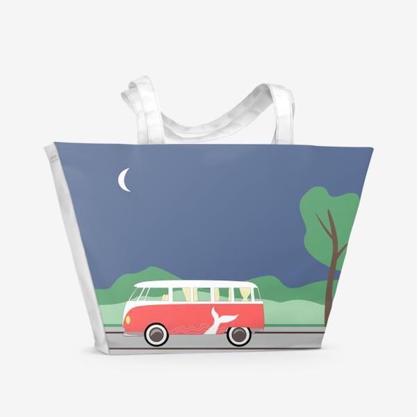 Пляжная сумка «Винтажный автобус на дороге весной, дерево, зелень и луна»