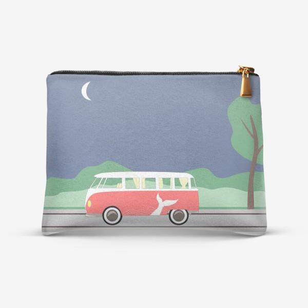 Косметичка «Винтажный автобус на дороге весной, дерево, зелень и луна»