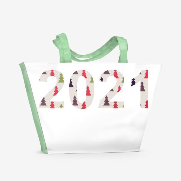 Пляжная сумка «Цифры 2021 с символами Нового года и Рождества: разноцветные треугольные ёлки»