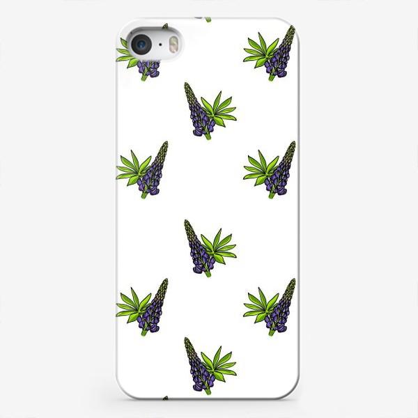 Чехол iPhone «Цветочный орнамент из синих люпинов и зеленых листьев на белом фоне»