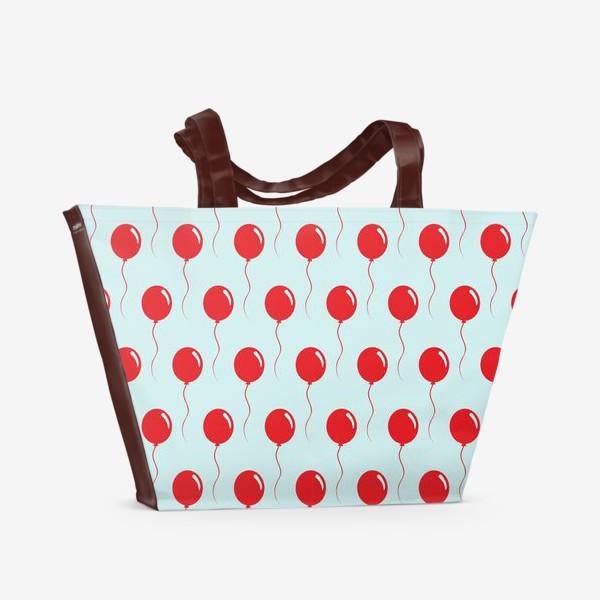 Пляжная сумка «Красные воздушные шарики на веревке на голубом фоне»