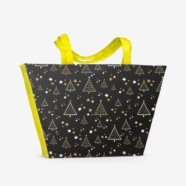 Пляжная сумка «Новогодний паттерн, елки и звезды на черном фоне»