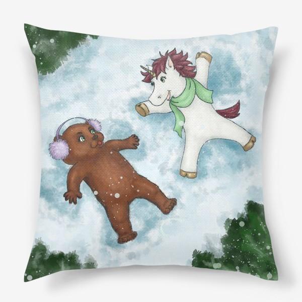 Подушка «Единорог и медвежонок делают снежных ангелов»
