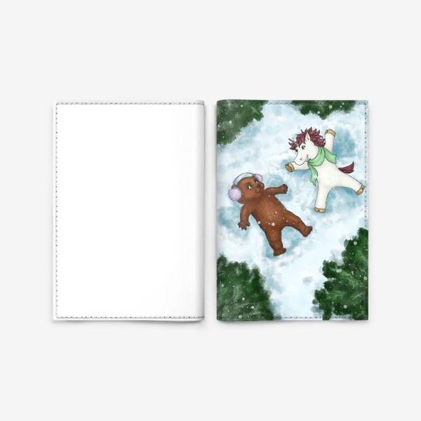 Обложка для паспорта «Единорог и медвежонок делают снежных ангелов»