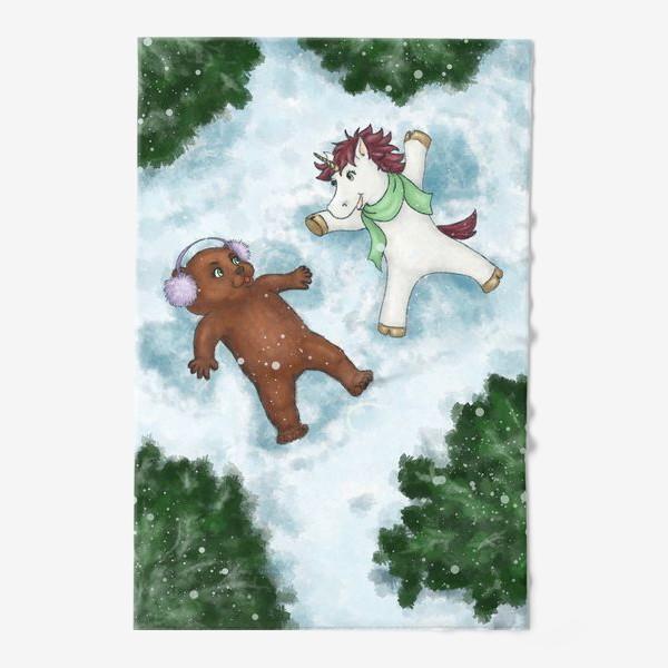 Полотенце «Единорог и медвежонок делают снежных ангелов»