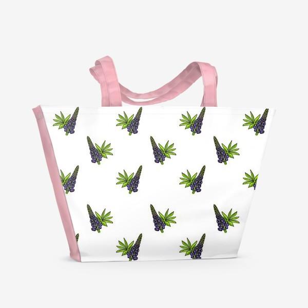Пляжная сумка «Цветочный орнамент из синих люпинов и зеленых листьев на белом фоне»