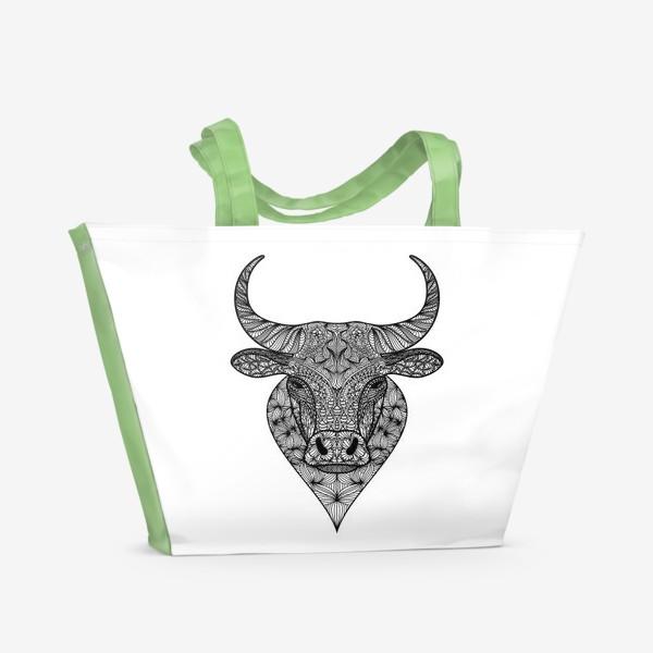 Пляжная сумка «Узорчатая голова быка. Рисунок быка с этническим орнаментом. Серьезное, брутальное, невозмутимое выражение лица»