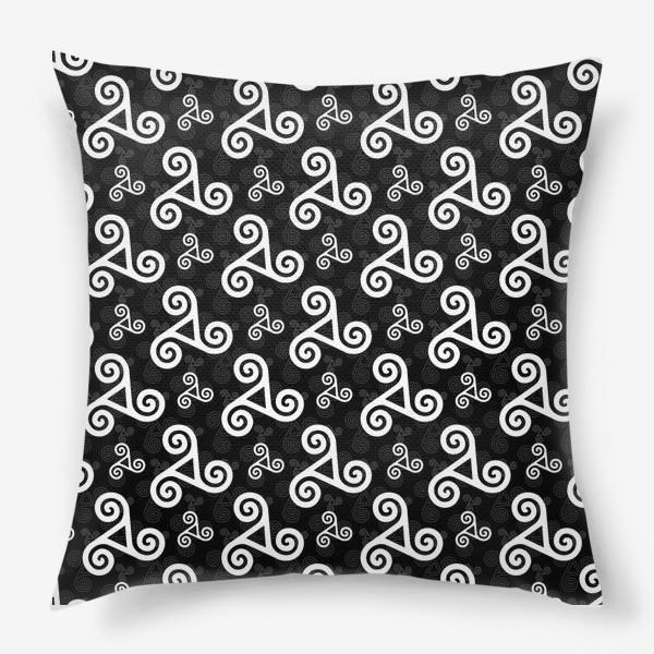 Подушка «Черно-белые трискели»