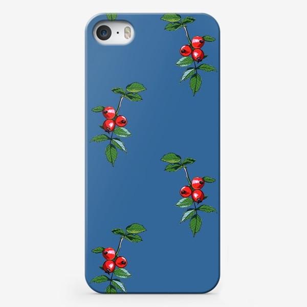 Чехол iPhone «Красные ягоды шиповника на синем фоне. Яркие плоды на ветке с зелеными листьями»