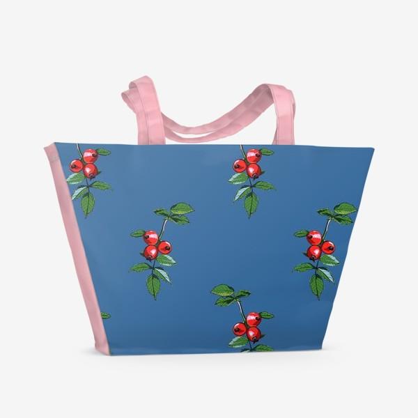 Пляжная сумка «Красные ягоды шиповника на синем фоне. Яркие плоды на ветке с зелеными листьями»