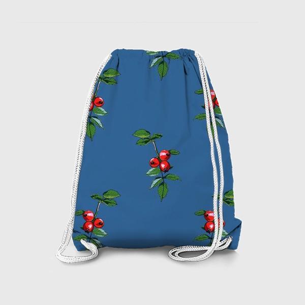 Рюкзак «Красные ягоды шиповника на синем фоне. Яркие плоды на ветке с зелеными листьями»