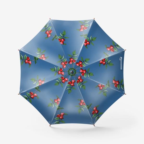 Зонт «Красные ягоды шиповника на синем фоне. Яркие плоды на ветке с зелеными листьями»