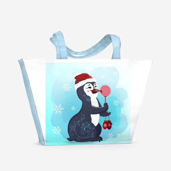 Пляжная сумка «Новогодний пингвин с леденцом и красными варежками.»