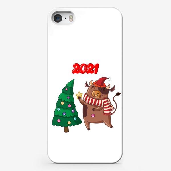 Чехол iPhone «Милый бычок наряжает ёлку»