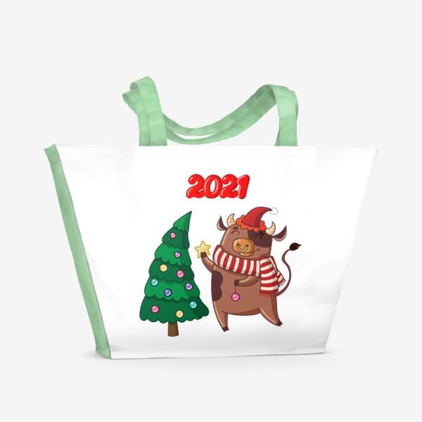 Пляжная сумка «Милый бычок наряжает ёлку»