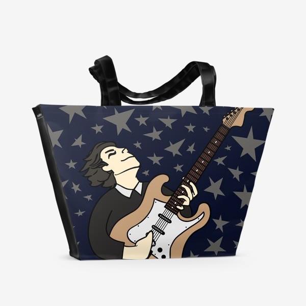 Пляжная сумка «Гитарист с упоением играет соло - портрет парня, рисунок на синем фоне»
